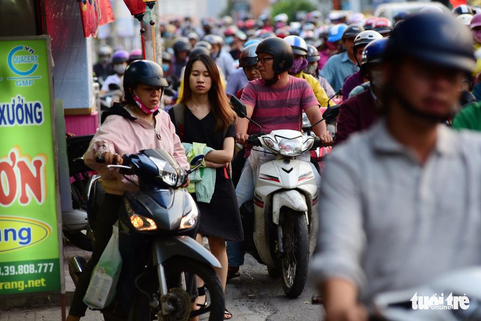 Mới 23 tháng chạp, xe cộ đã đông đặc quanh bến xe Miền Đông - Ảnh 3.
