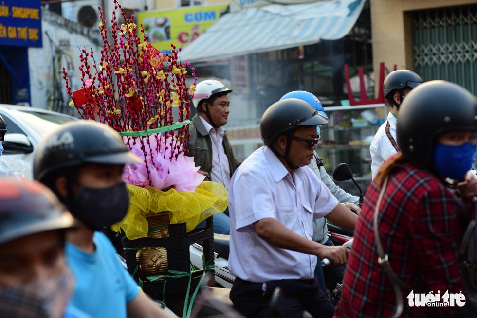 Mới 23 tháng chạp, xe cộ đã đông đặc quanh bến xe Miền Đông - Ảnh 4.