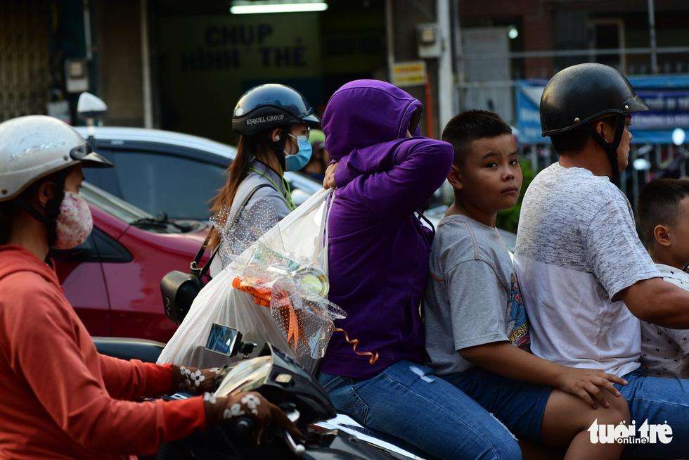 Mới 23 tháng chạp, xe cộ đã đông đặc quanh bến xe Miền Đông - Ảnh 5.