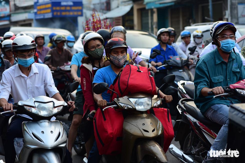 Mới 23 tháng chạp, xe cộ đã đông đặc quanh bến xe Miền Đông - Ảnh 6.