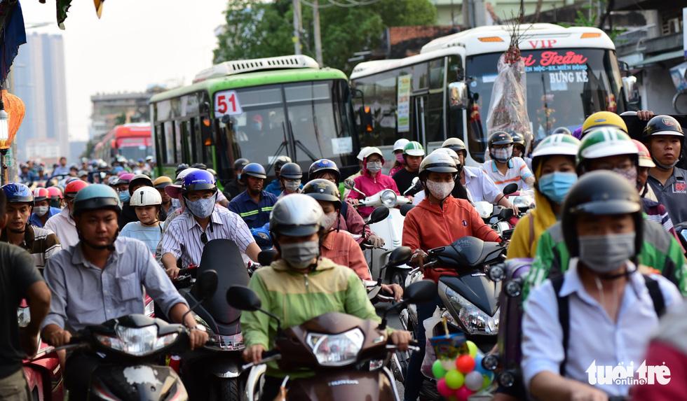 Mới 23 tháng chạp, xe cộ đã đông đặc quanh bến xe Miền Đông - Ảnh 1.