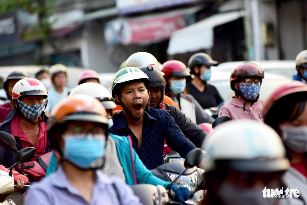 Mới 23 tháng chạp, xe cộ đã đông đặc quanh bến xe Miền Đông - Ảnh 7.