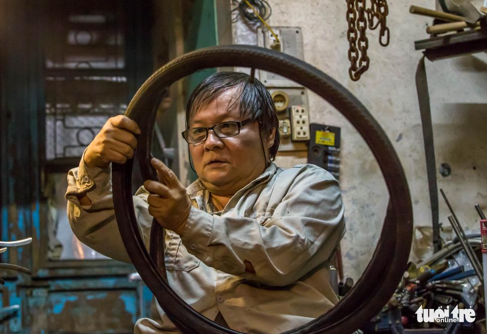 Người đàn ông ngồi xe lăn 20 năm làm xe cho người cùng cảnh ngộ - Ảnh 3.