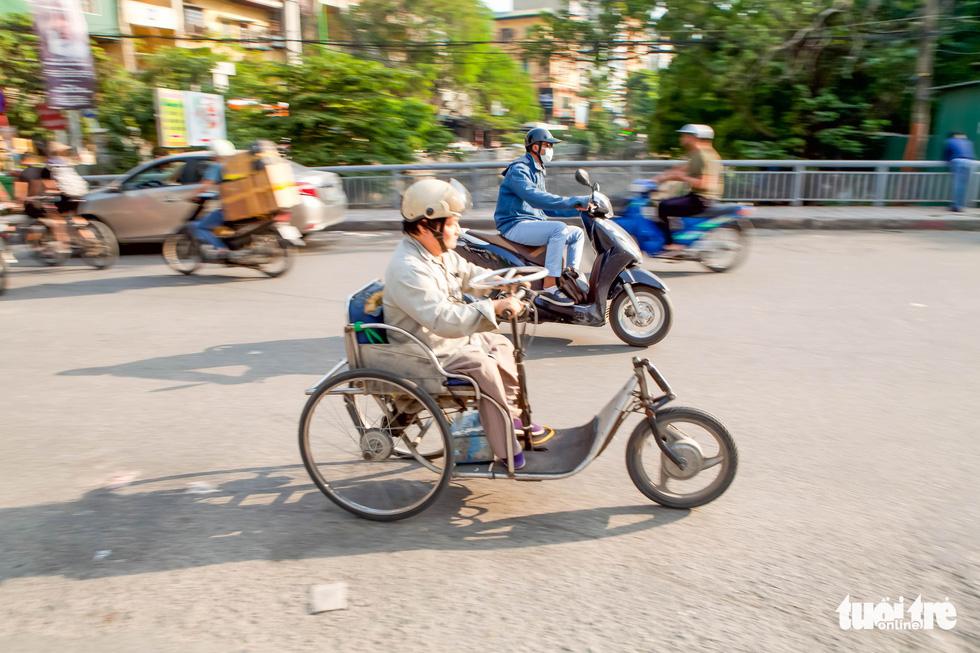 Người đàn ông ngồi xe lăn 20 năm làm xe cho người cùng cảnh ngộ - Ảnh 7.