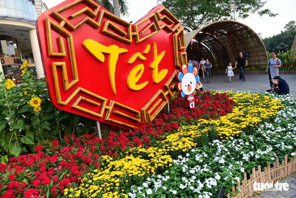 Đàn heo vàng xuất hiện tại hội chợ hoa xuân Phú Mỹ Hưng - Ảnh 1.