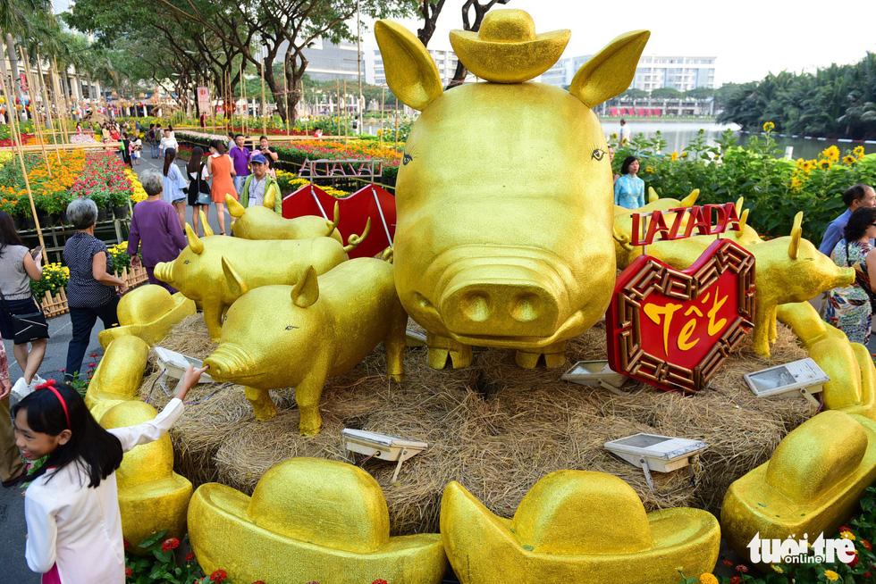 Đàn heo vàng xuất hiện tại hội chợ hoa xuân Phú Mỹ Hưng - Ảnh 2.