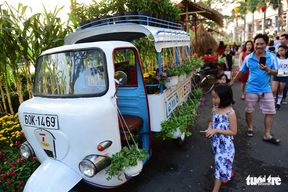 Đàn heo vàng xuất hiện tại hội chợ hoa xuân Phú Mỹ Hưng - Ảnh 10.