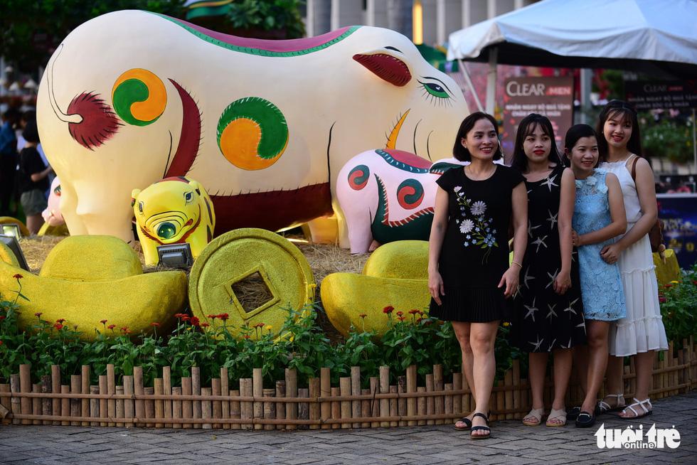 Đàn heo vàng xuất hiện tại hội chợ hoa xuân Phú Mỹ Hưng - Ảnh 11.