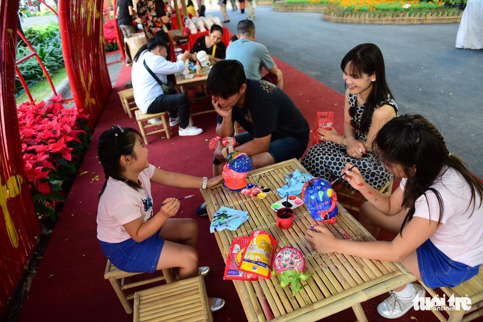 Đàn heo vàng xuất hiện tại hội chợ hoa xuân Phú Mỹ Hưng - Ảnh 9.