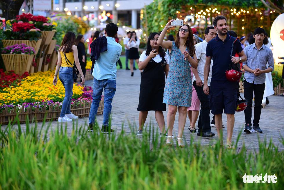Đàn heo vàng xuất hiện tại hội chợ hoa xuân Phú Mỹ Hưng - Ảnh 5.
