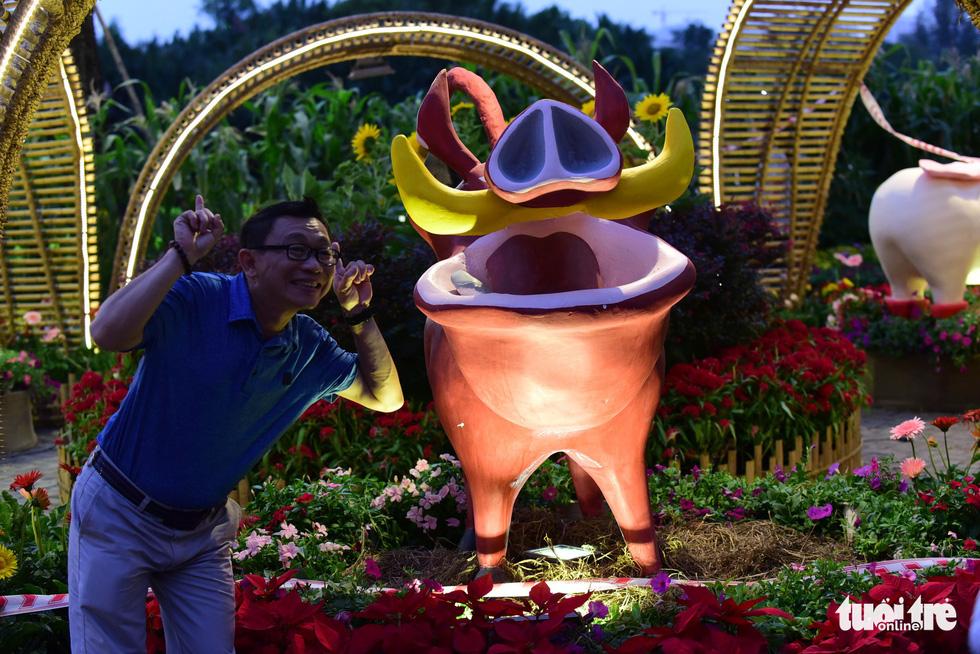 Đàn heo vàng xuất hiện tại hội chợ hoa xuân Phú Mỹ Hưng - Ảnh 8.