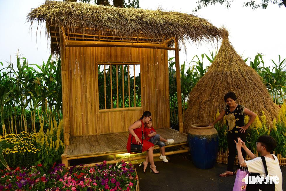 Đàn heo vàng xuất hiện tại hội chợ hoa xuân Phú Mỹ Hưng - Ảnh 4.