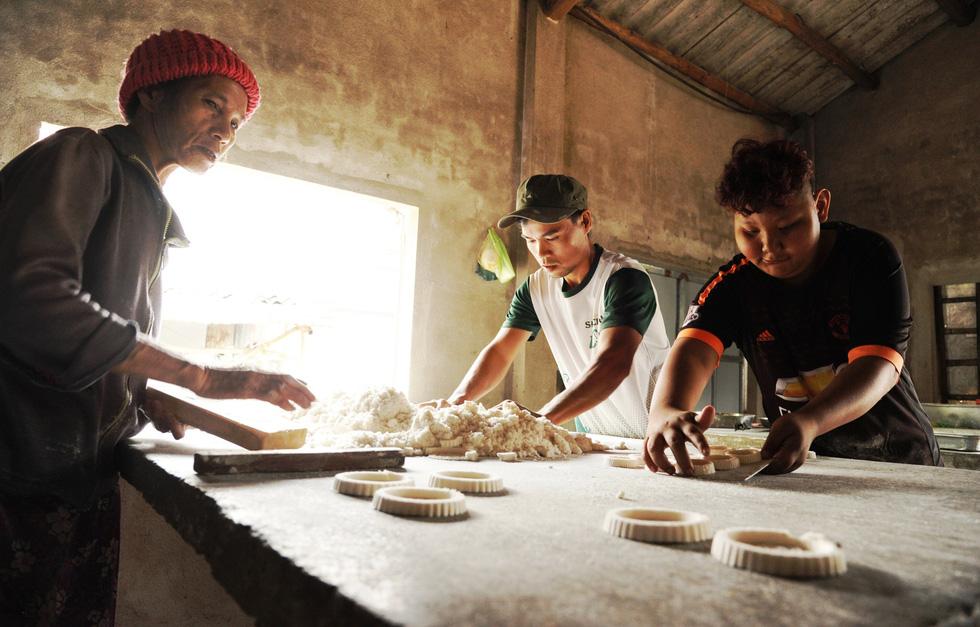Những làng bánh xứ Quảng tất bật vào tết - Ảnh 2.