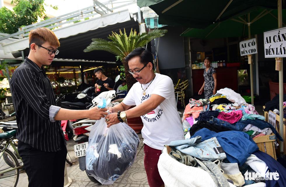 Sắp tết rồi, sạp quần áo Sài Gòn ai có đến cho, ai cần đến lấy - Ảnh 3.