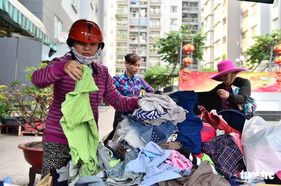 Sắp tết rồi, sạp quần áo Sài Gòn ai có đến cho, ai cần đến lấy - Ảnh 4.