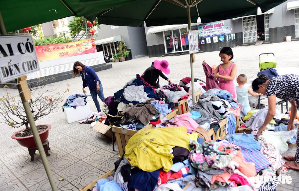 Sắp tết rồi, sạp quần áo Sài Gòn ai có đến cho, ai cần đến lấy - Ảnh 6.