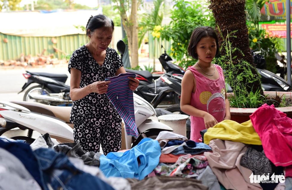 Sắp tết rồi, sạp quần áo Sài Gòn ai có đến cho, ai cần đến lấy - Ảnh 7.