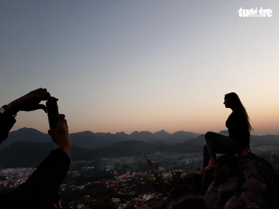 Bước 328 bậc lên núi ngắm mặt trời - Ảnh 14.