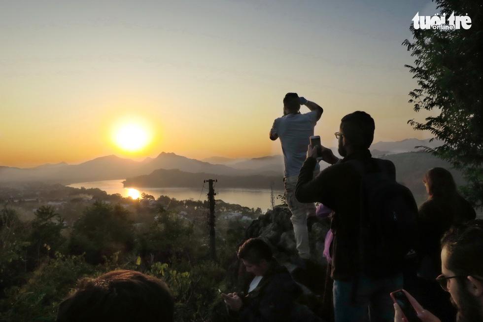 Bước 328 bậc lên núi ngắm mặt trời - Ảnh 1.