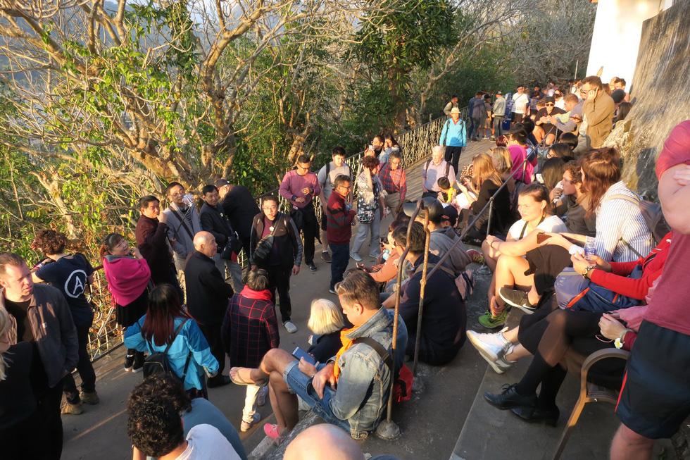 Bước 328 bậc lên núi ngắm mặt trời - Ảnh 8.