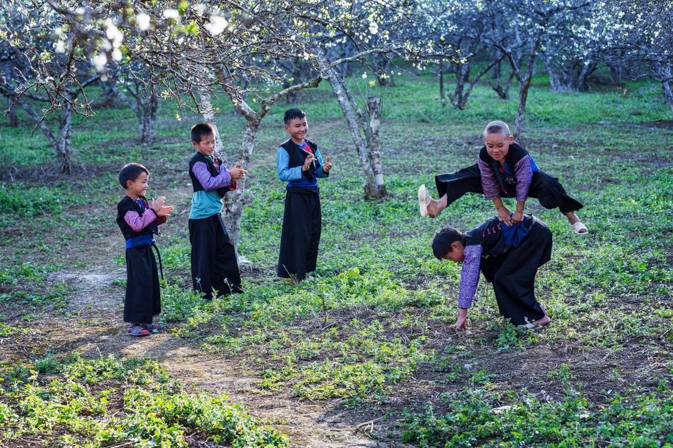 Mùa hoa mận trắng của người Mông bản Phiêng Cành - Ảnh 11.