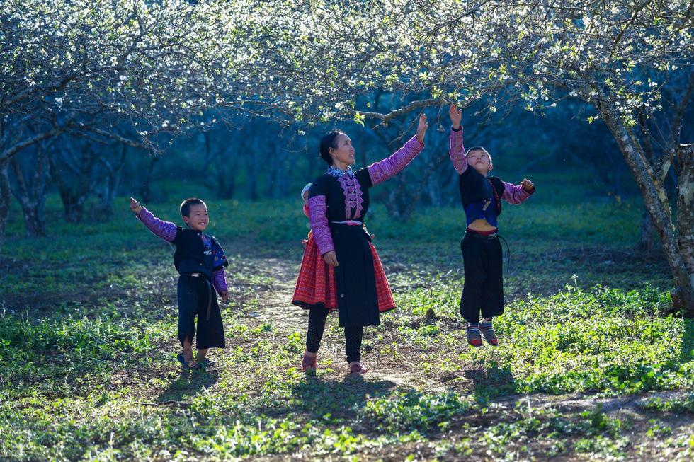 Mùa hoa mận trắng của người Mông bản Phiêng Cành - Ảnh 4.