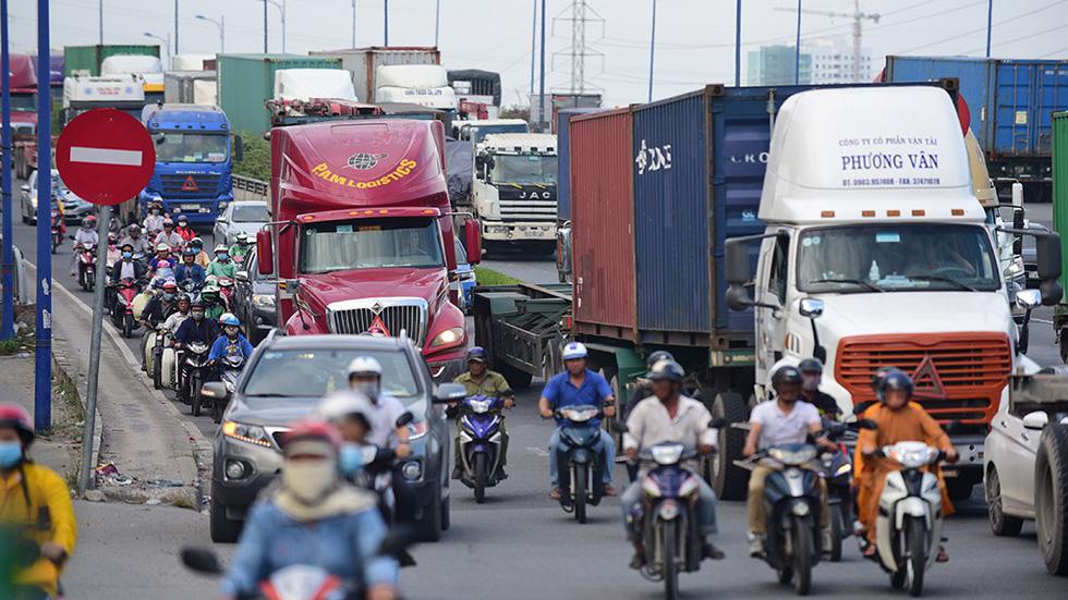 Phân làn hỗn hợp xe tải nặng với xe máy rất đáng lo ngại - Ảnh 1.
