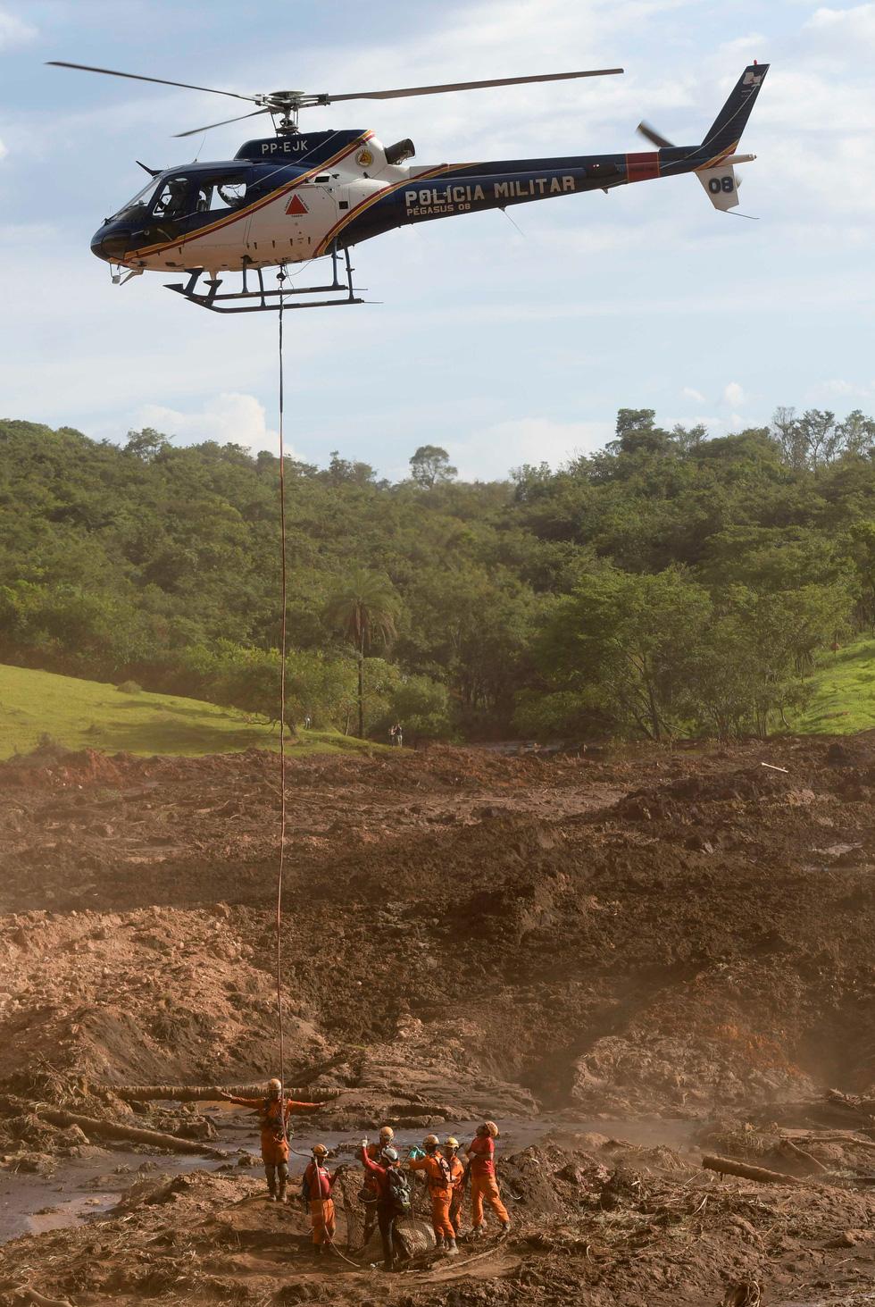 Vụ vỡ đập tại Brazil: Xác người bắt đầu nổi lên mặt bùn - Ảnh 8.