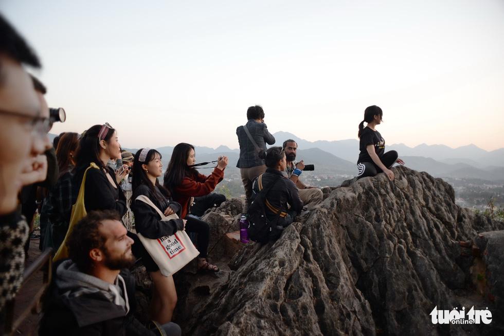 Bước 328 bậc lên núi ngắm mặt trời - Ảnh 13.