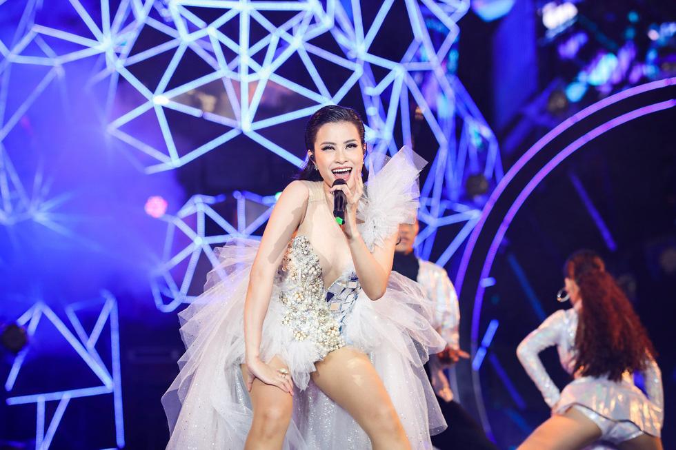 """Mỹ Tâm, Sơn Tùng, Đông Nhi khiến fan """"khản giọng"""" tại Tiger Remix 2019 - Ảnh 6."""