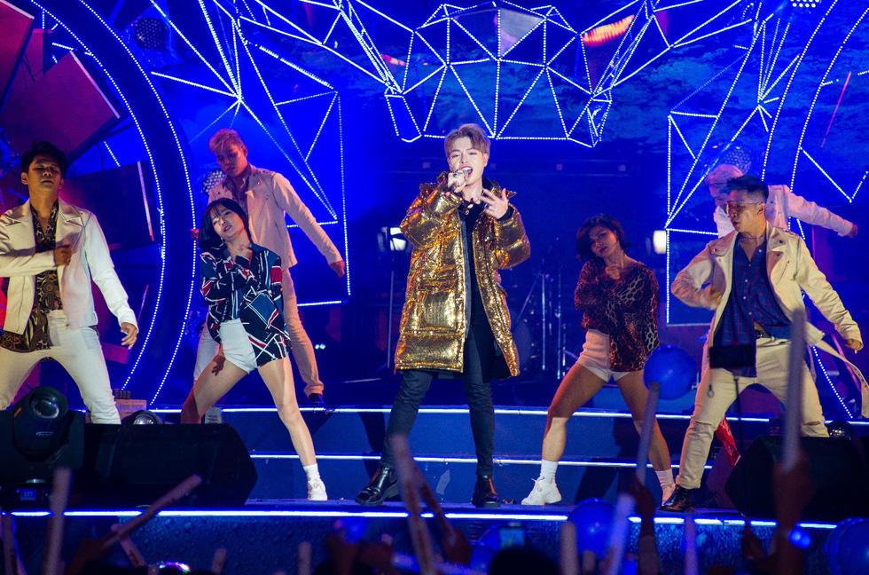 """Mỹ Tâm, Sơn Tùng, Đông Nhi khiến fan """"khản giọng"""" tại Tiger Remix 2019 - Ảnh 8."""