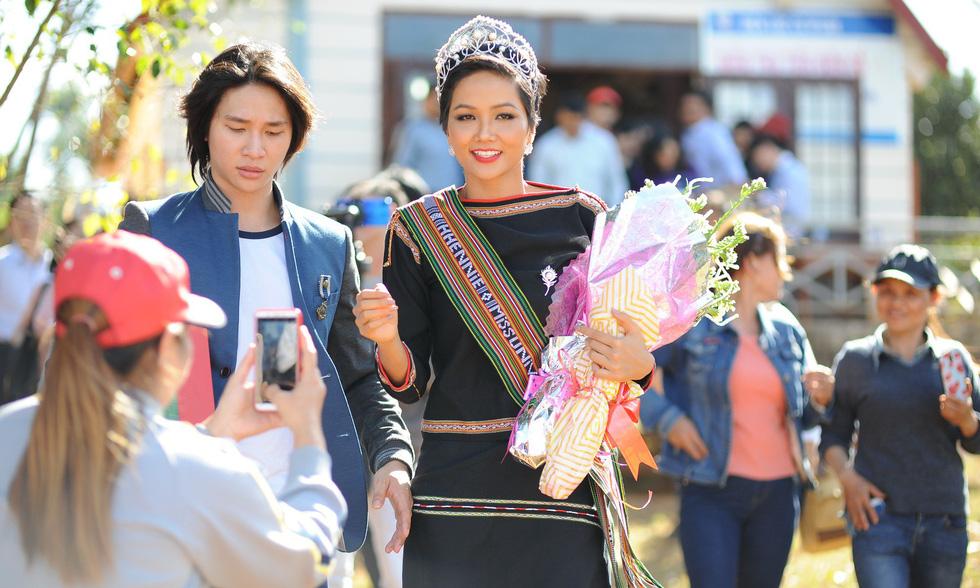 Hoa hậu H'Hen Niê về buôn kéo co, giã gạo, nhảy bao bố - Ảnh 4.