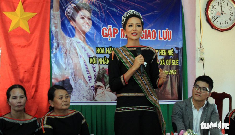 Hoa hậu H'Hen Niê về buôn kéo co, giã gạo, nhảy bao bố - Ảnh 2.