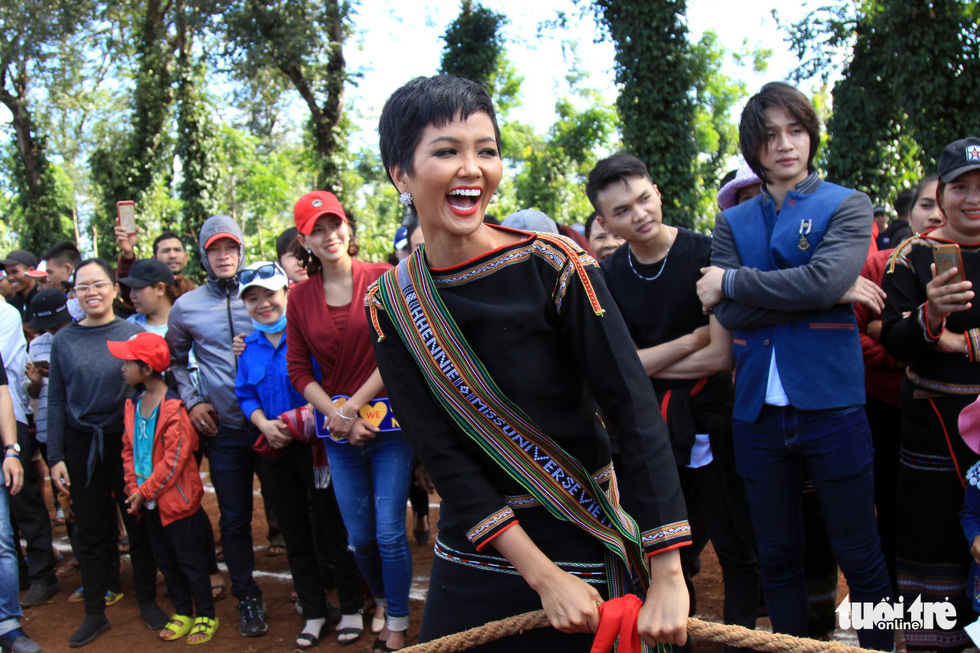 Hoa hậu H'Hen Niê về buôn kéo co, giã gạo, nhảy bao bố - Ảnh 1.