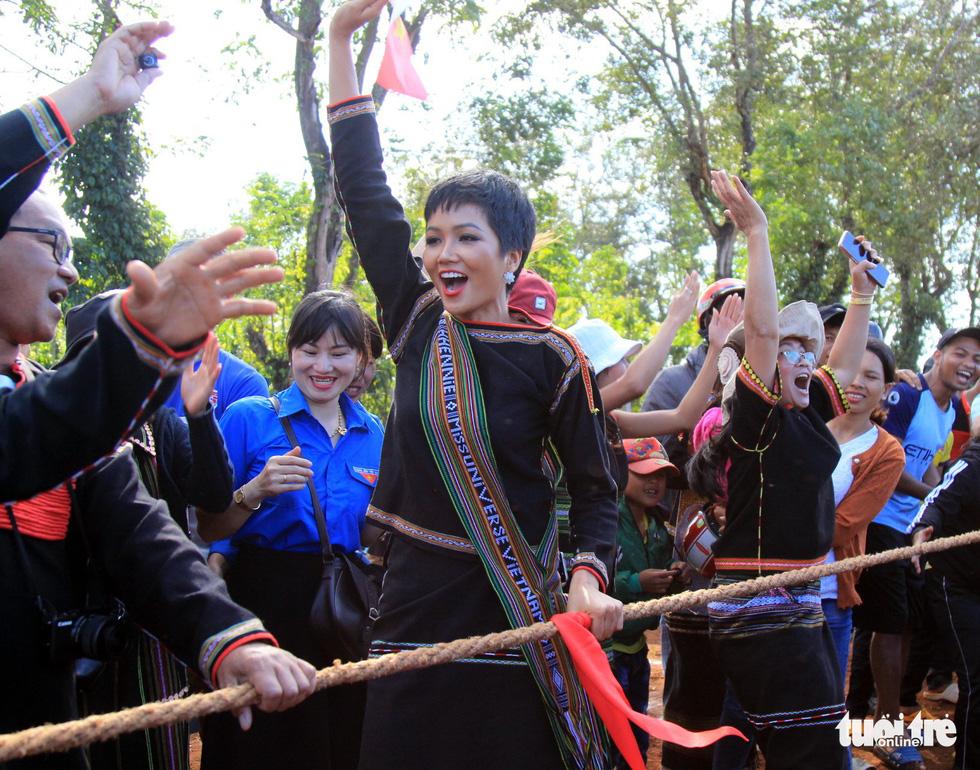 Hoa hậu H'Hen Niê về buôn kéo co, giã gạo, nhảy bao bố - Ảnh 5.