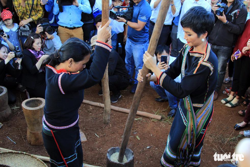Hoa hậu H'Hen Niê về buôn kéo co, giã gạo, nhảy bao bố - Ảnh 11.