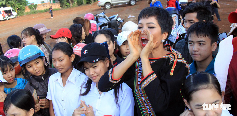 Hoa hậu H'Hen Niê về buôn kéo co, giã gạo, nhảy bao bố - Ảnh 10.