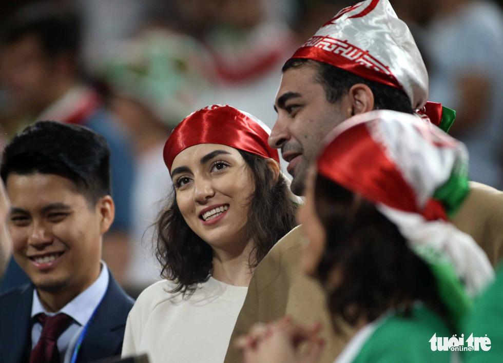 Ngắm những cô gái Iran xinh đẹp trong chiến thắng 5 sao trước Yemen - Ảnh 3.