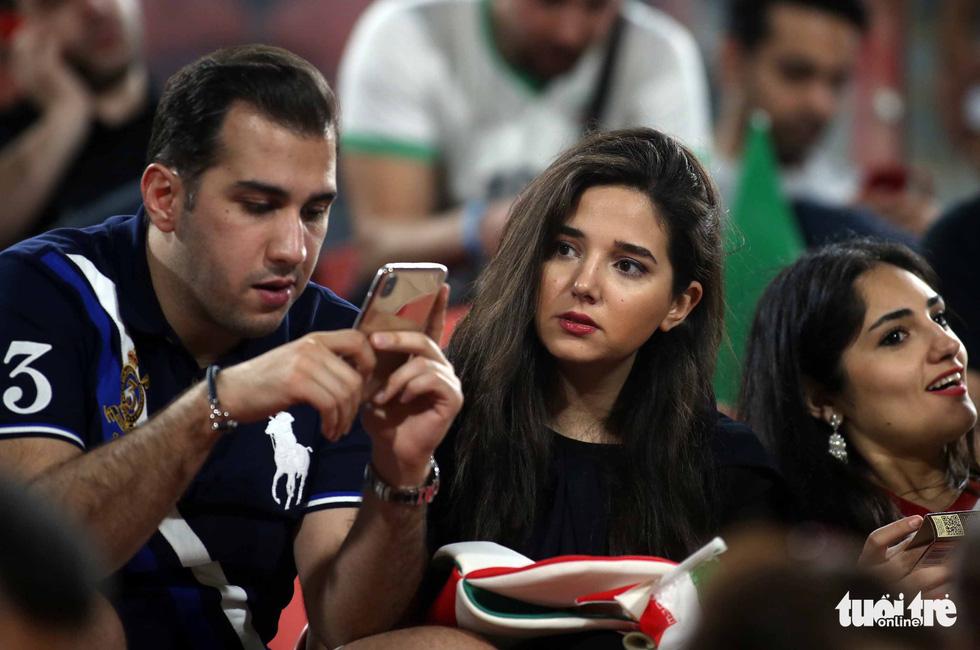 Ngắm những cô gái Iran xinh đẹp trong chiến thắng 5 sao trước Yemen - Ảnh 1.