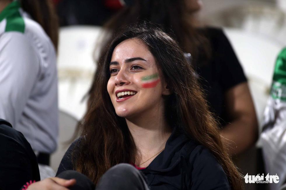 Ngắm những cô gái Iran xinh đẹp trong chiến thắng 5 sao trước Yemen - Ảnh 7.