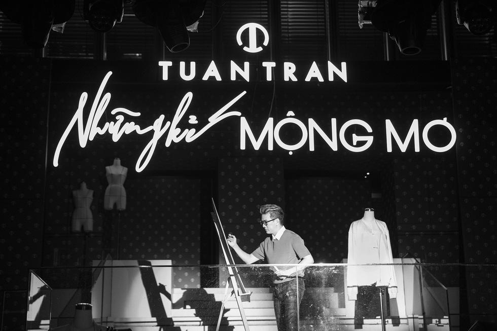 Minh Tuyết làm vedette giới thiệu bộ sưu tập Những kẻ mộng mơ của Tuấn Trần - Ảnh 2.