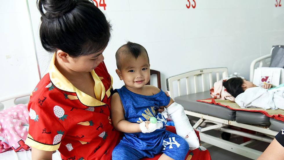 Hồi sinh bàn tay đứt lìa cho bé 1 tuổi - Ảnh 1.
