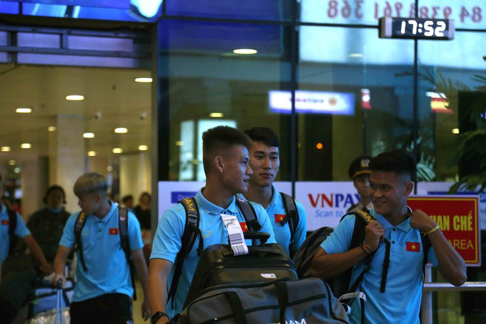 Chùm ảnh cầu thủ U22 Việt Nam đến TP.HCM, chuẩn bị đối đầu U22 UAE - Ảnh 1.