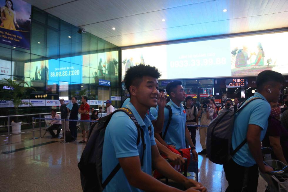 Chùm ảnh cầu thủ U22 Việt Nam đến TP.HCM, chuẩn bị đối đầu U22 UAE - Ảnh 4.