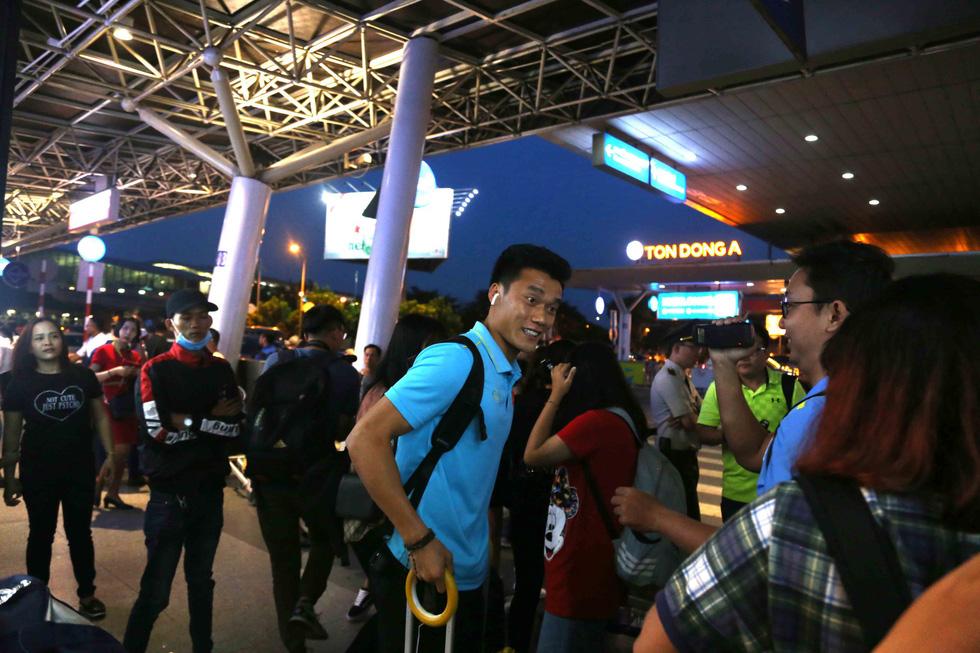 Chùm ảnh cầu thủ U22 Việt Nam đến TP.HCM, chuẩn bị đối đầu U22 UAE - Ảnh 6.
