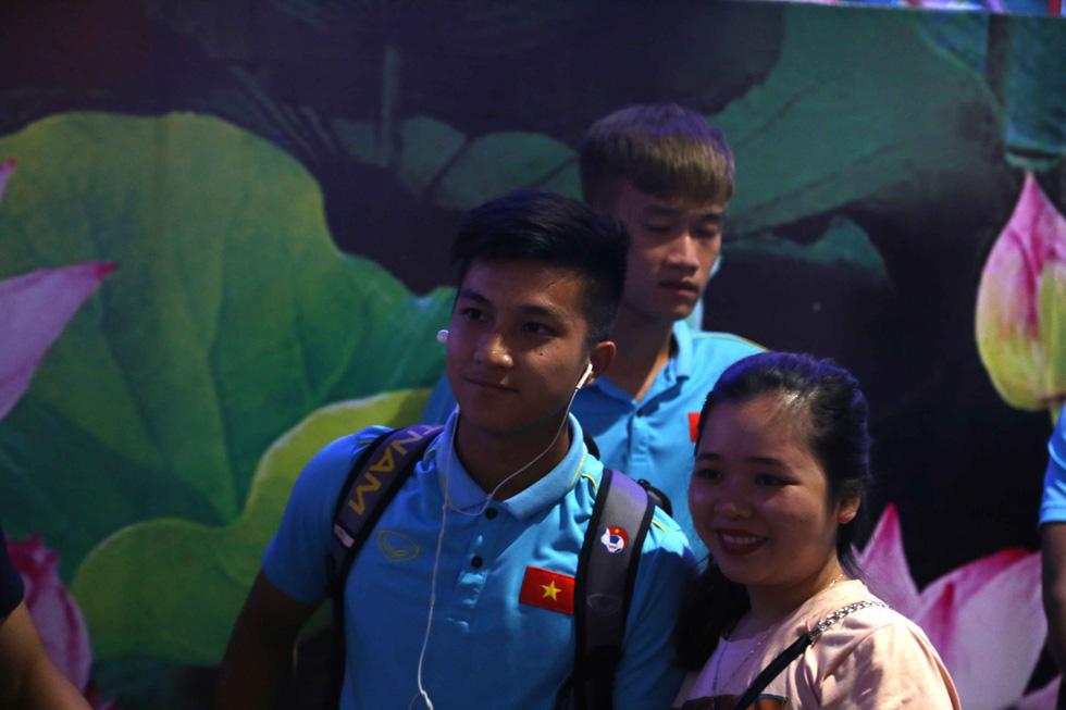 Chùm ảnh cầu thủ U22 Việt Nam đến TP.HCM, chuẩn bị đối đầu U22 UAE - Ảnh 9.