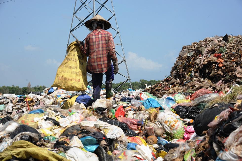 Bãi rác ở Hội An chất thành núi, hôi thúi khủng khiếp - Ảnh 6.