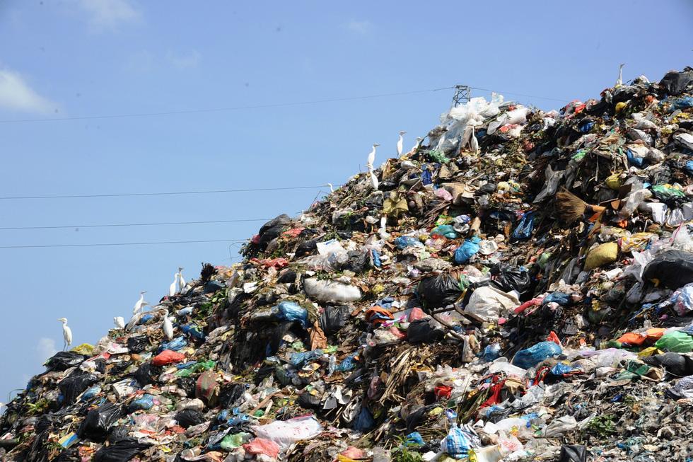 Bãi rác ở Hội An chất thành núi, hôi thúi khủng khiếp - Ảnh 1.