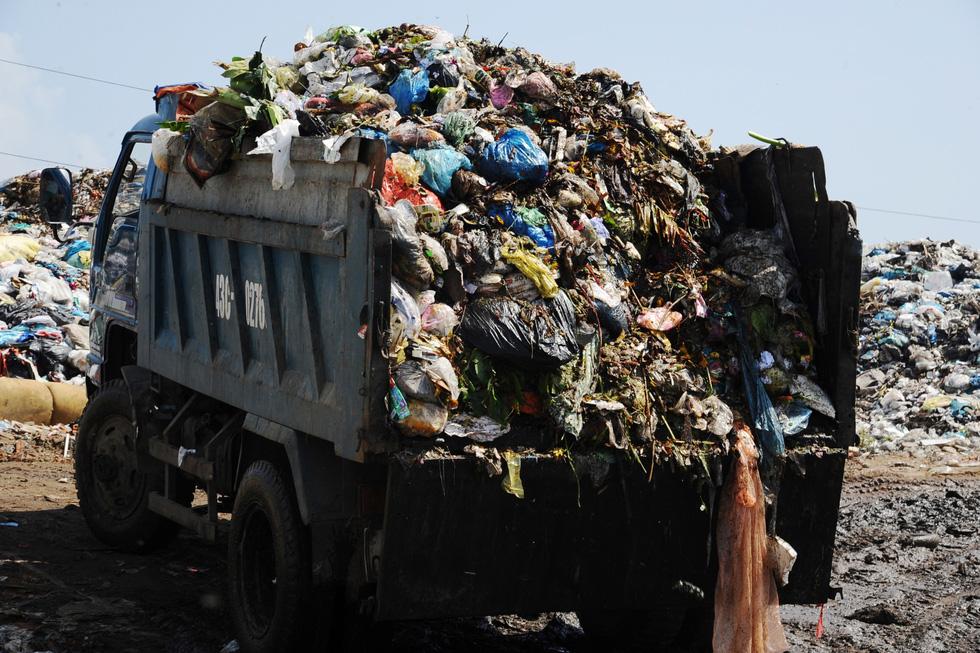 Bãi rác ở Hội An chất thành núi, hôi thúi khủng khiếp - Ảnh 7.