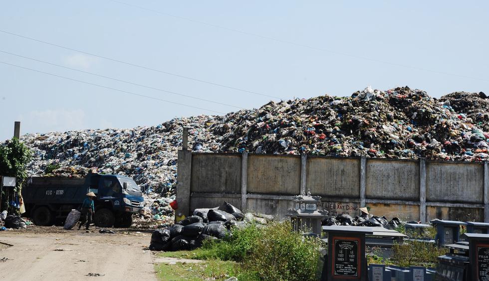 Bãi rác ở Hội An chất thành núi, hôi thúi khủng khiếp - Ảnh 3.